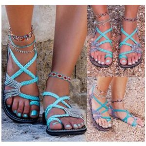 Summer sandals with flat toes and flat soles